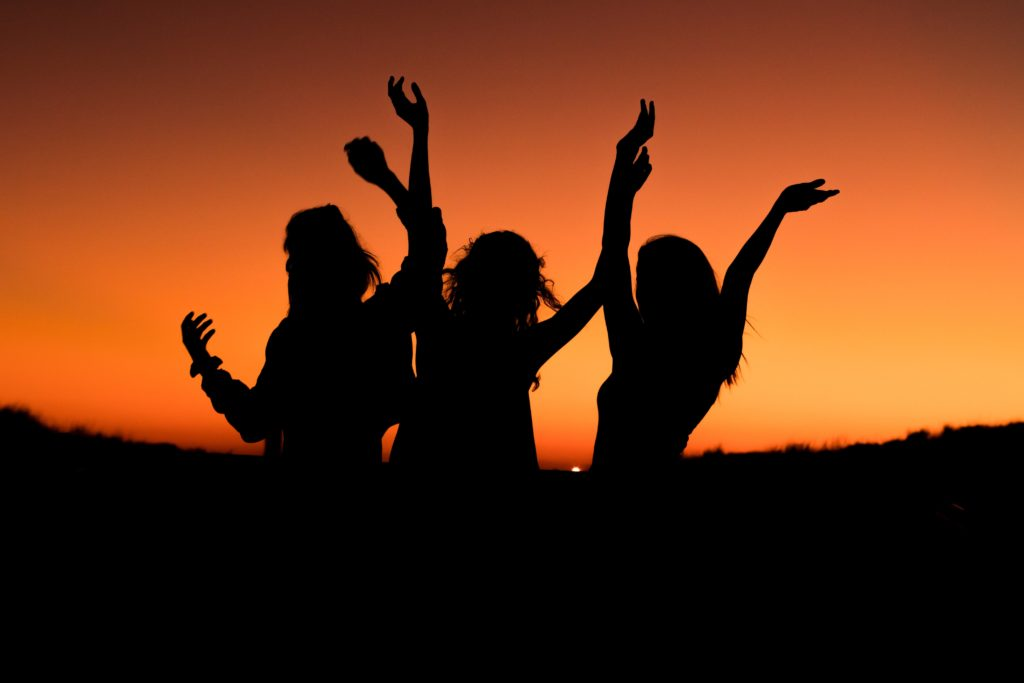 how to be the perfect trip leader three girls in the sunset dancing