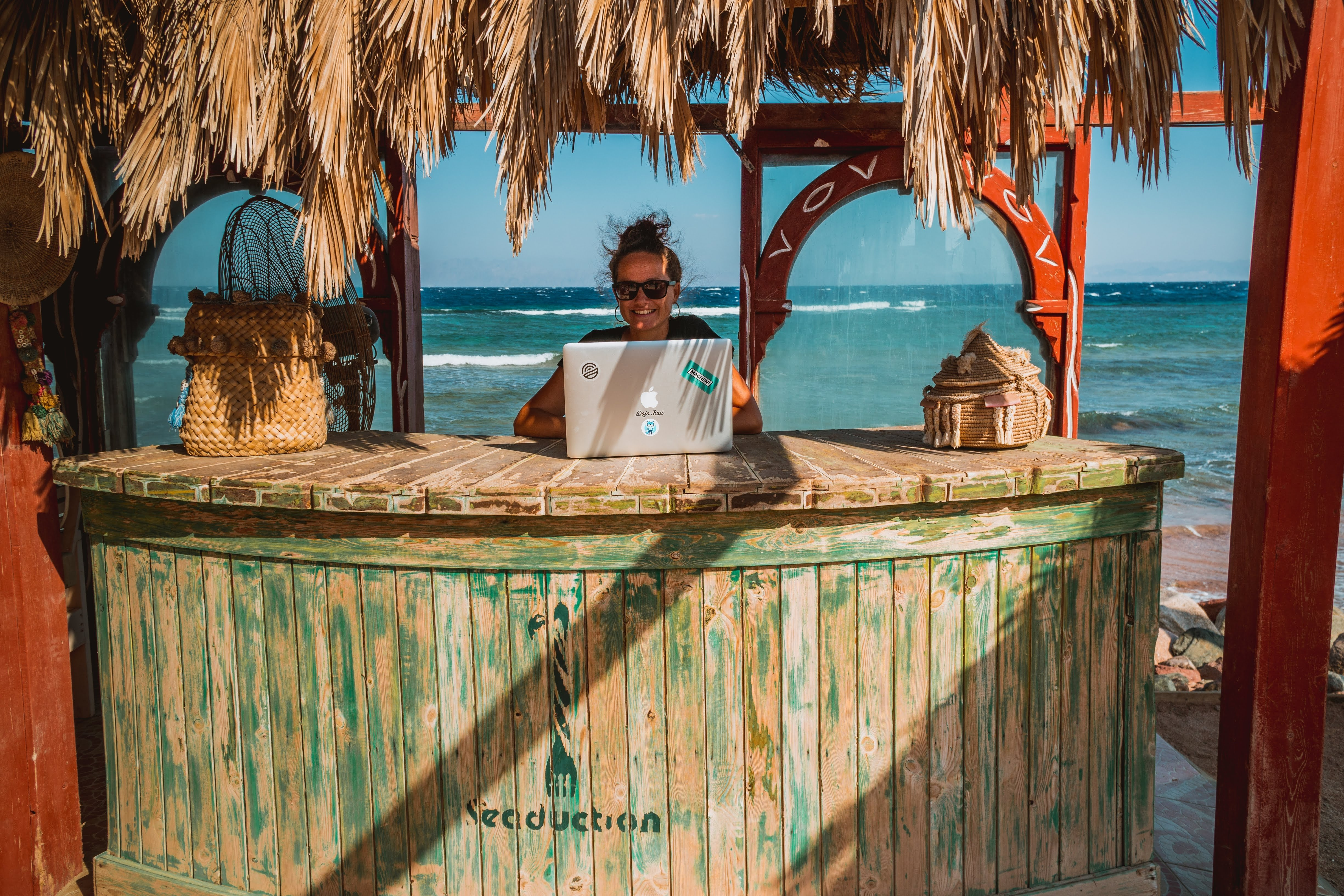 Beginners guide to become a digital nomad in 2021 with a laptop by the beach.